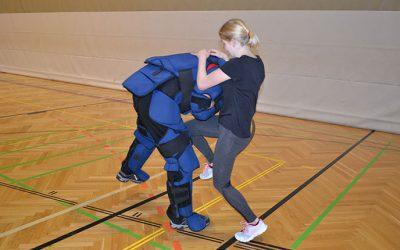 HLW Schülerinnen üben sich in Selbstverteidigung